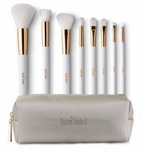 Brush set and cosmetic bag